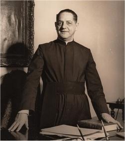 Padre Laércio Dias de Moura S.J. em seu gabinete. 1966.