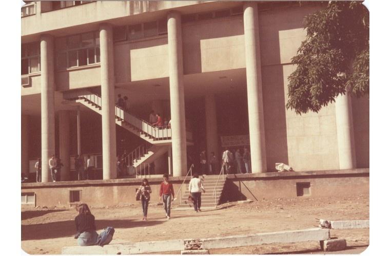 Acesso ao Edifício Cardeal Leme, ainda sem o ajardinamento. 1985. Fotógrafo Antônio Albuquerque. Acervo Núcleo de Memória.