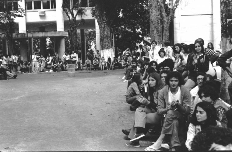 Alunos participam de sarau na Praça da Alegria, atrás da Ala Kennedy. 1979. Fotógrafo Alfredo Jefferson. Acervo do prof. Alfredo Jefferson.