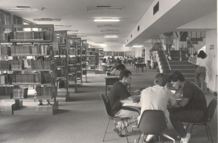 Salão principal da Biblioteca Central. 1989. Fotógrafo Aníbal Mesquita. Acervo da Vice-Reitoria de Desenvolvimento.