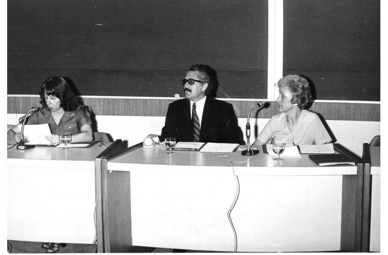 O Prof. Silviano Santiago e a Profa. Cleonice Bernardinelli no IV Encontro de Professores de Literatura, no Auditório do RDC. 1977. Fotógrafo Antônio Albuquerque. Acervo Núcleo de Memória.