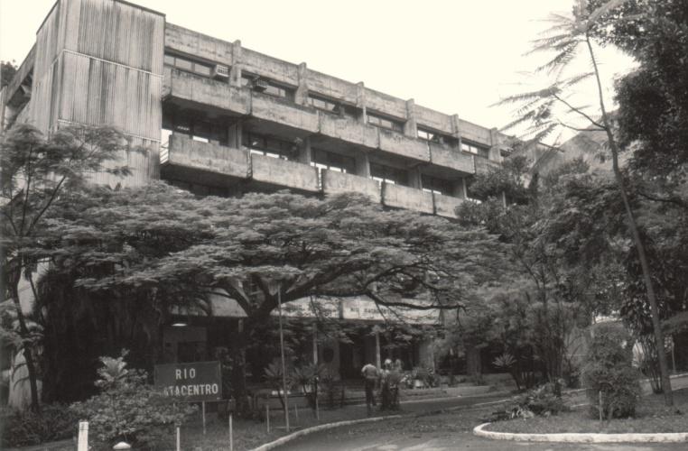 Edifício do Rio Datacentro. 1989. Fotógrafo Aníbal Mesquita. Acervo da Vice-Reitoria de Desenvolvimento.
