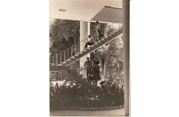 Alunos na escada do bloco C do Edifício Cardeal Leme. c. 1965. Fotógrafo desconhecido.  Acervo Núcleo de Memória.
