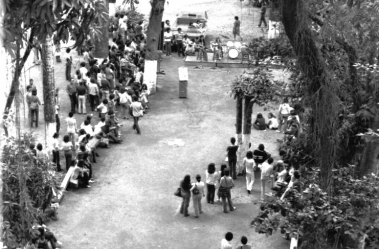 Alunos participam de sarau na Praça da Alegria, nos fundos da Ala Kennedy. 1979. Fotógrafo Alfredo Jefferson. Acervo do prof. Alfredo Jefferson.