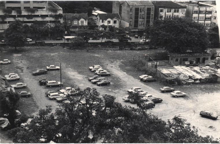 Vista do estacionamento principal e da rua Marques de São Vicente. 1985 Fotógrafa Cintia Moraes. Acervo Comunicar.