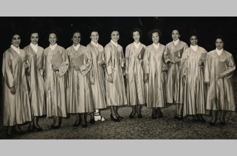 Foto de formatura de turma do curso de Letras Anglo Germânicas. 1958. Fotógrafo desconhecido. Acervo Núcleo de Memória.