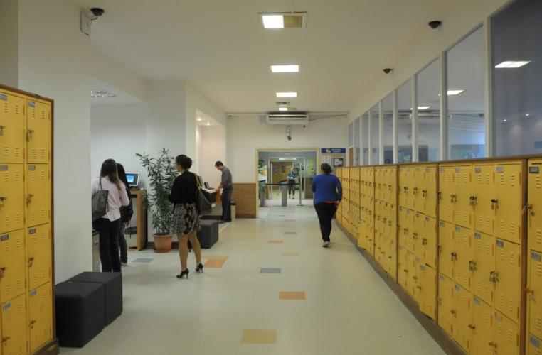 Hall de entrada da Biblioteca Central. 2013. Fotógrafo Antônio Albuquerque. Acervo do Núcleo de Memória.