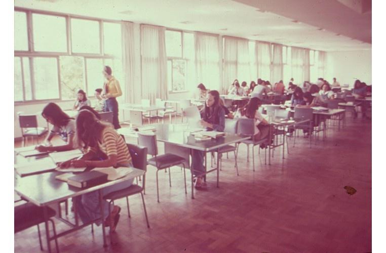 Salão de leitura e estudo da Biblioteca Central. c. 1976. Fotógrafo desconhecido. Acervo Núcleo de Memória.