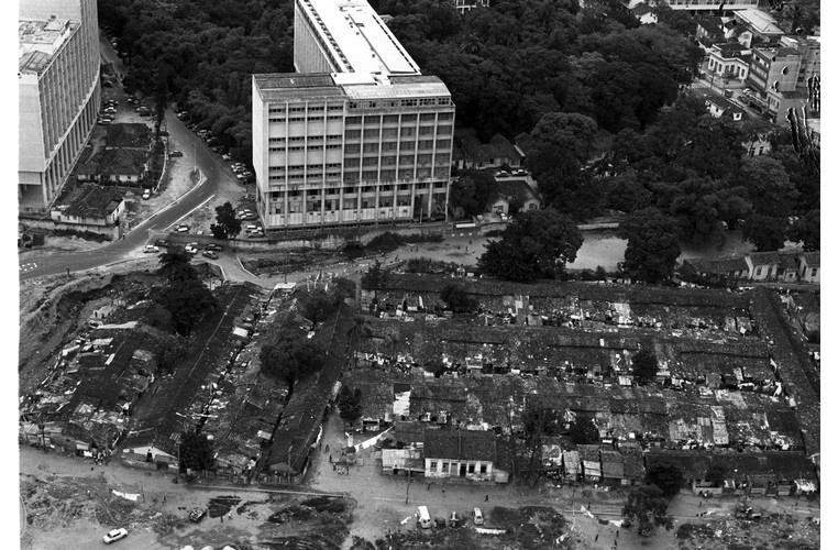 Vista aérea do Parque Proletário da Gávea, com o Edifício Cardeal Leme à esquerda e o Edifício da Amizade à direita. O Parque Proletário foi removido pouco depois desta foto. 1974. Fotógrafo desconhecido. Acervo Jornal O Globo.