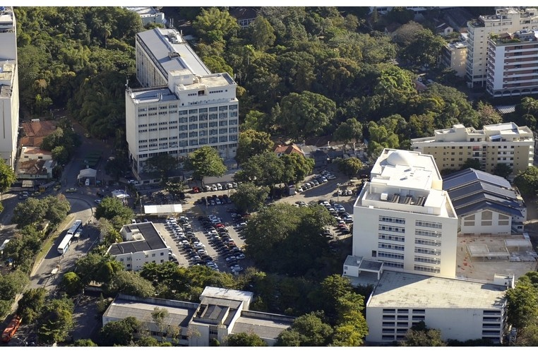 Vista aérea do campus Gávea, com o estacionamento, o Edifício da Amizade, o Edifício Padre Laércio Dias de Moura e o Ginásio Poliesportivo. 2010. Fotógrafo Nilo Lima. Acervo Núcleo de Memória.