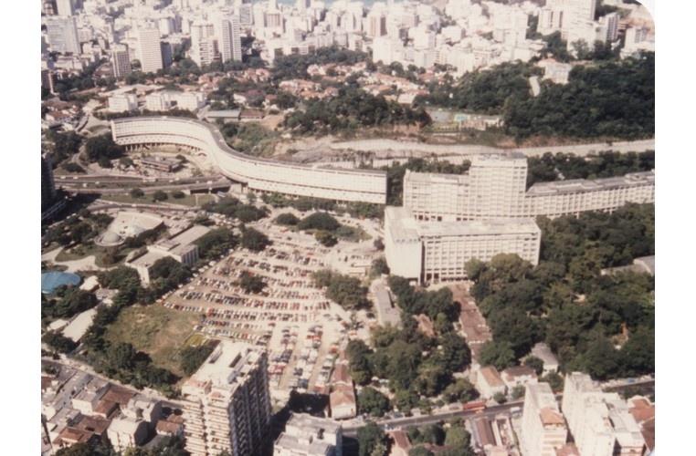 A partir da esquerda, o Planetário, estacionamento principal, Minhocão e edifícios Leme e da Amizade. c. 1990. Fotógrafo desconhecido. Acervo Comunicar.
