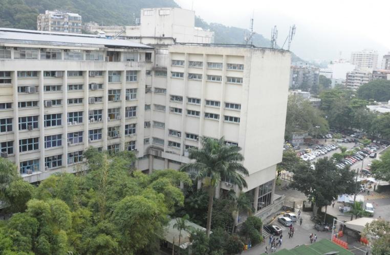 O Edifício da Amizade e ao fundo, do lado direito, o estacionamento principal do campus da Gávea. Vista a partir do Edifício Cardeal Leme. 2013. Fotógrafo Antônio Albuquerque. Acervo do Núcleo de Memória.