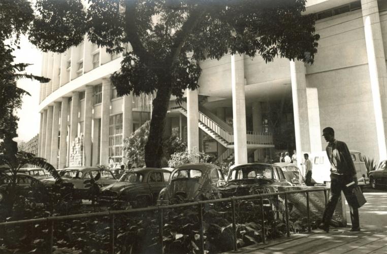 Vista do Edifício Cardeal Leme a partir da ponte de madeira sobre o Rio Rainha. c. 1966. Fotógrafo desconhecido. Acervo da Reitoria.