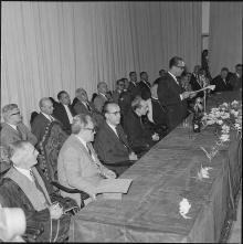 O presidente Juscelino Kubitscheck, tendo ao lado o Cardeal Dom Helder Camara, no antigo ginásio esportivo. Arquivo Nacional/Agência Nacional.