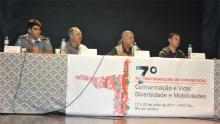Uma das mesas de discussão do evento. Presentes o coronel da PM Robson Rodrigues da Silva, o prof. Miguel Serpa Pereira, o pe. José Fernandes S.J. e o jornalista Marcelo Canellas. Fotógrafo Antônio Albuquerque. Acervo do Núcleo de Memória.