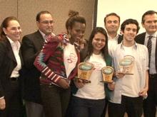 Estudantes recebem prêmio dos organizadores na final do desafio nacional. Foto: TV PUC. Acervo do Projeto Comunicar