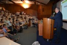 O Reitor prof. pe. Josafá S.J. apresenta seu balanço das atividades da Universidade no ano de 2012, no Auditório do RDC. Fotógrafo Antônio Albuquerque. Acervo do Núcleo de Memória.