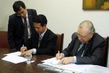 O Vice-Presidente da Universidade de Hebei, Kang Shushang, e o Vice-Reitor da PUC-Rio, Pe. Francisco Ivern S.J. Fotógrafa Camille Valbusa. Acervo do Projeto Comunicar.