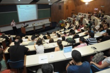 No auditório do RDC, apresentação do Prof. Carlos Vainer. Fotógrafo Antônio Albuquerque. Acervo do Núcleo de Memória.
