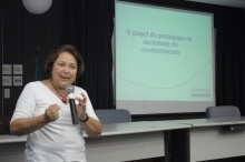 Wanda Engel durante a aula inaugural no Auditório Padre Anchieta. Fotógrafo Antônio Albuquerque. Acervo do Núcleo de Memória.