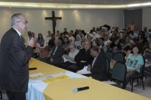 O Reitor Prof. Pe. Josafá na abertura do evento, realizado no Salão da Pastoral. Fotógrafo Antônio Albuquerque. Acervo do Núcleo de Memória.