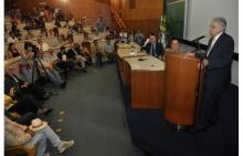 O Prof. Fernando Henrique Cardoso apresenta a Aula Magna, no Auditório do RDC. Fotógrafo Antônio Albuquerque. Acervo Núcleo de Memória.