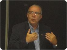 O Reitor Prof. Pe. Josafá S.J. durante a Aula Magna realizada na sala K102. Fotógrafa Patrícia Côrtes. Acervo do Portal PUC-Rio Digital.