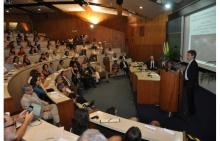 Palestra de Jeffrey Sachs no Auditório do RDC.  Fotógrafo Antônio Albuquerque. Acervo Núcleo de Memória.