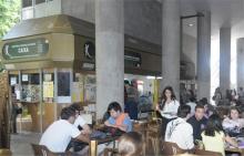 O Bar das Freiras, movimentado na hora do almoço. Fotógrafo Antônio Albuquerque. Acervo do Núcleo de Memória.