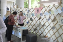 Estande da Campanha de Preservação do Acervo nas Bibliotecas nos pilotis do Edifício da Amizade. Fotógrafo Antônio Albuquerque. Acervo do Núcleo de Memória.