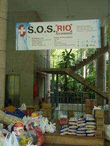 Campanha S.O.S Rio. Parte das doações arrecadadas pela PUC-Rio. Fotógrafo Antônio Albuquerque. Acervo do Núcleo de Memória.