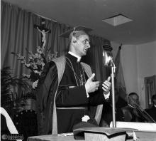Cardeal Giovanni Battista Montini, futuro Papa Paulo VI, discursa após receber o título de Doutor Honoris Causa. Ao lado, sentado, o presidente Juscelino Kubitscheck.  Acervo Arquivo Nacional/Correio da Manhã.