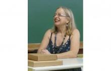 A Profa. Jeanne Marie Gagnebin, pouco antes do início de sua palestra, na sala F200A. Acervo Núcleo de Memória.