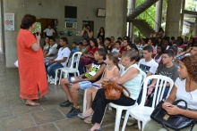A Diretora do NEAM, Profa. Marina Moreira, fala na abertura da cerimônia. Fotógrafo Antônio Albuquerque. Acervo do Núcleo de Memória.