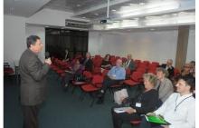 Abertura da Conferência, com o Prof. Luiz Carlos Scavarda, no Auditório AMEX/IAG. Fotógrafo Antônio Albuquerque. Acervo Núcleo de Memória.
