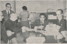 À esquerda o prof. Del Castillo e o Reitor Pe. Alonso S.J.. Anuário PUC-Rio 1958, p. 18.