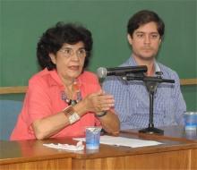 A Profa. Marilena Chauí e o Prof. Francisco de Guimaraens (JUR). Fotógrafo Antônio Albuquerque. Acervo do Núcleo de Memória.