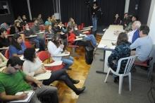 Mesa com os debatedores e a plateia na sala K102. Fotógrafo Antônio Albuquerque. Acervo do Núcleo de Memória.