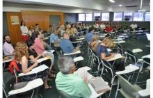 Os professores que concluíram o curso, na sala F300. Fotógrafo Antônio Albuquerque. Acervo Núcleo de Memória.