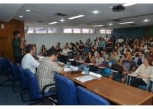 Apresentação do Prof. Bruno Magalhães (IRI), no Auditório B6. Fotógrafo Antônio Albuquerque. Acervo Núcleo de Memória.