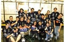 A equipe RioBotz e o robô Touro. Foto de divulgação.