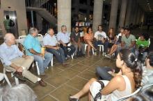 Conversa após a exibição dos filmes os alunos e os professores César Romero, Miguel Pereira, Augusto Sampaio e Adair Rocha. Fotógrafo Weiler Filho. Acervo do Projeto Comunicar.