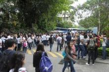 Chegada dos alunos do Ensino Médio ao campus da PUC-Rio. Fotógrafo Antônio Albuquerque. Acervo do Núcleo de Memória.
