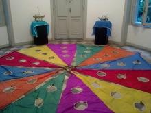 Instalação em tecido na exposição Brinquedo: mensageiro das infâncias. Acervo do Centro de Cultura e Educação Lúdica da Rocinha.