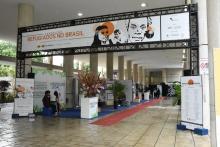 Entrada da Exposição, com diversos estandes, nos pilotis do Edifício da Amizade. Fotógrafo Antônio Albuquerque.