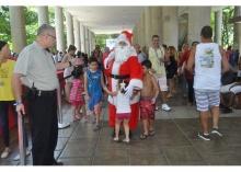 Chegada de Papai Noel, para a alegria das crianças. Fotógrafo Antônio Albuquerque. Acervo Núcleo de Memória.