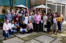 Grupo reunido logo depois da homenagem, com o prof. Paulo Cesar ao centro. Fotógrafo Antônio Albuquerque.