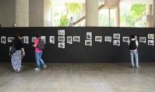 Exposição de fotos montada nos pilotis da Ala Kennedy. Fotógrafa Luisa Nolasco. Acervo do Projeto Comunicar.