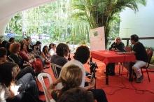 Na foto, o poeta Ferreira Gullar e o prof. Ricardo Oiticica. Fotógrafo Antonio Albuquerque. Acervo do Núcleo de Memória.
