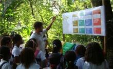 Apresentação da coleta seletiva para alunos do projeto Jornadas Ecológicas. Fotografia do prof. Roosevelt Fidelis de Souza. Acervo do NIMA.